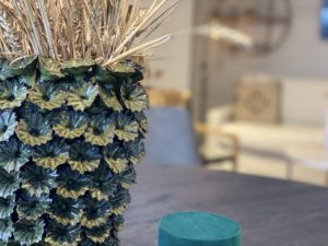 taktil-vas-grön-med-blommor-emhome-lidköping