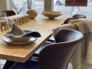 dukat-bord-skinnstol-ullpläd-linneservett-glas